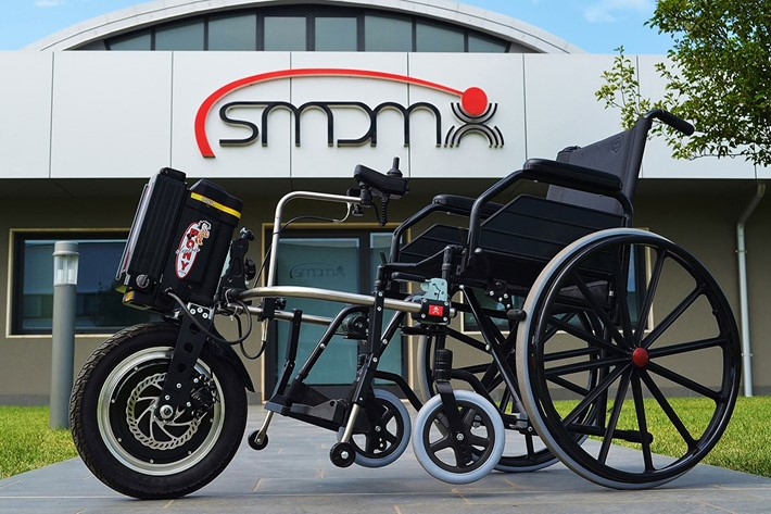 We announce with pride and enthusiasm the new arrival of Smdm: Pony Joystick, the electrical device that allows the motorization of every type of wheelchair allowing you to maneuver the wheel with one hand to accelerate, steer and brake, in total safety.